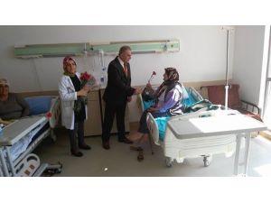 Başhekim Yüksel Hastane Personeline Ve Hastalara Karanfil Dağıttı