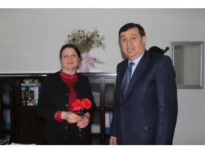 Başkan İkiz'den kadın çalışanlara çiçek