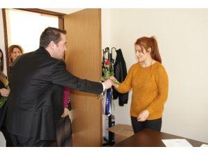 Müdür Yanmaz'dan Sağlık Çalışanlarına Gül