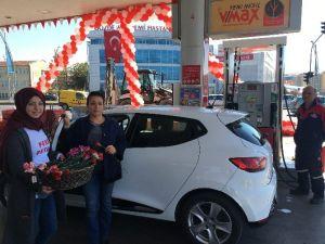 Yakıt Almaya Giden Bayan Sürücülere Karanfil Verildi
