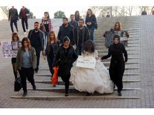 Kız Çocuğuna Gelinlik Giydirerek, Çocuk Yaşta Evliliğe Tepki Gösterdiler