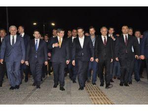 Başbakan Davutoğlu Ve Yunan Mevkidaşı Çipras Konak Meydanı'nı Gezdi