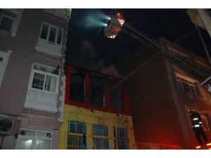 Fatih'te Suriyelilerin Kaldığı Ahşap Evde Yangın Çıktı