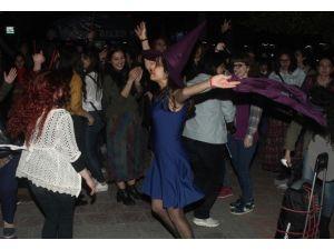 Kadınlar Şiddeti Halay, Dans Ve Şiirlerle Protesto Etti