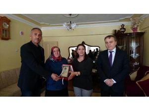 Şehit Polisin Annesi 'Yılın Annesi' Seçildi
