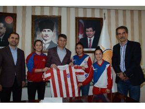 Başkan Fikret Yeni'ye Bayan Futbolculardan Forma