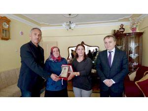 Şehit polisin annesine yılın annesi ödülü