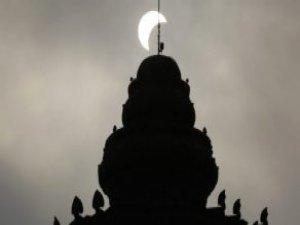 Güneş Tutulmasını İzleyen Binlerce Kişi Camilere Akın Etti
