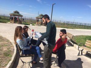 Öğrenciler, Kadınlar Günü İçin Karanfil Dağıttı