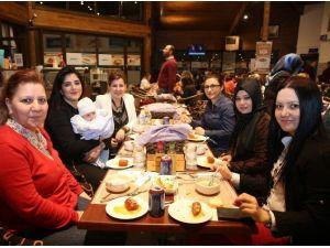 Adapazarı Belediyesi, Kadın Personeline Yemek Düzenledi