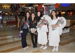 Tekira AVM Bayan Ziyaretçilerini Karanfillerle Karşıladı