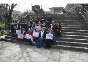 """Afyonkarahisar'da CHP'li Kadınlar """"Özgecan Yasası""""nın Bir An Önce Çıkarılması İçin Oturma Eylemi Yaptı"""