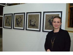 İğne İplikle Yaptığı Kara Kalem Portre Eserlerini Sergiledi