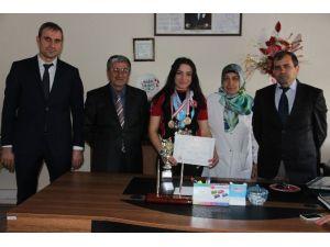 Palandöken Kız Anadolu İmam Hatip Lisesi Öğrencisinin Kayaktaki Büyük Başarısı