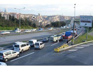 Tır'a Arkadan Çarpan Kamyonet İstanbul Trafiğini Felç Etti