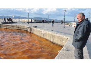 Bandırma'da Deniz Kızıla Büründü