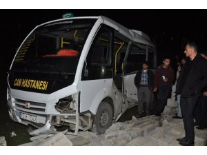 Yük treni yolcu minibüsüne çarptı: 1 ölü, 3 yaralı