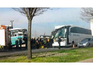 Yolcu otobüsü duraktan yolcu alan halk otobüsüne çarptı: 1 ölü 13 yaralı