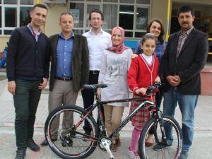 Türkiye Birincisi Cansu'ya Bisiklet