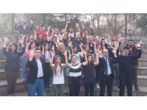 Üniversiteli Gençler İşaret Dili Öğreniyor