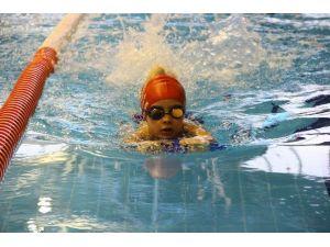 Yüzme Öğrenen Minikler Sertifikalarını Bakan Kılıç'tan Aldı