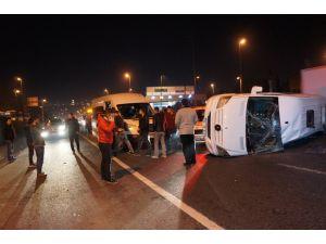 E-5'te servis minibüsü devrildi, işçiler ölümden döndü