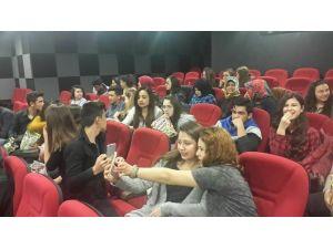YGS Sınavına Girecek Öğrencileri Sinemaya Götürdüler