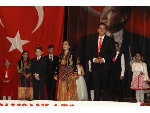 İstiklal Marşı okuma yarışmasında kazandığı ödülü şehit ailesine bağışladı