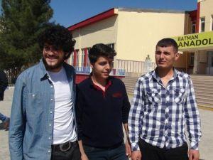 O SES Türkiye Yarışmacısı Batmanlı Emrah'a, Sınav Çıkışında Büyük İlgi