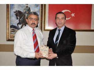 Yazar Osman Girgin, Başkan Alıcık'a Yeni Kitabını Sundu