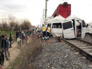 Malatya'da Trenle Öğrenci Servisi Çarpıştı: 1 Ölü, 16 Yaralı