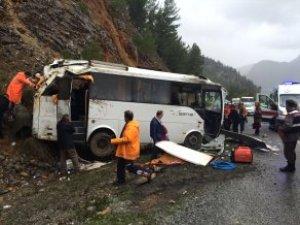 Akseki'de Tur Midibüsü Devrildi: 1 Kişi Öldü