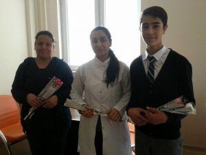 Öğrencilerden Sağlık Çalışanlarına Karanfil