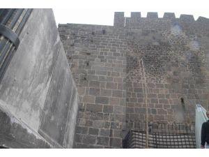 Sur'un Dört Bir Tarafı Beton Bloklarla Çevriliyor