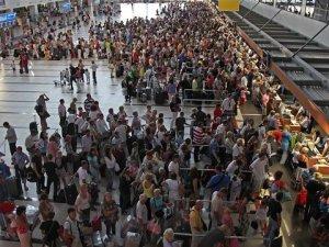 Suriyelilerin Atatürk Havalimanı'nda Bilet Oyunu