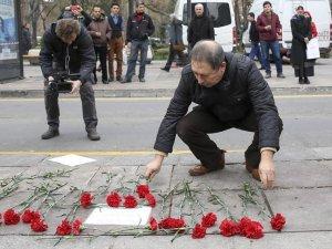 Ankara'da terör saldırısının yaşandığı yere vatandaşlardan karanfil