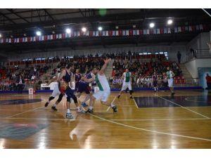 Düzce Belediyespor Basketbol Takımı Yeşilyurt İle Oynuyor