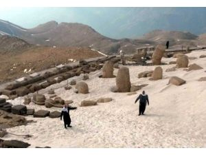 Nemrut Dağı Turistleri Bekliyor