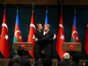 """Aliyev, """"Diz Çökecekler"""" Diyen Erdoğan'a Sarılmaya Doyamadı"""