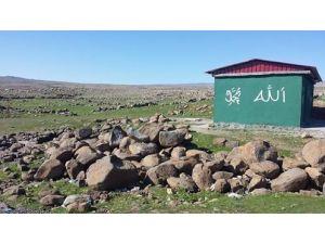 Viranşehir Diyarbakır Yol Özerin De Bulunan Kania Reş'e Hayırsever Bir Vatandaş Mescid Yaptı