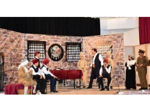 Öğrencilerden Tiyatro Gösterisine Yoğun İlgi