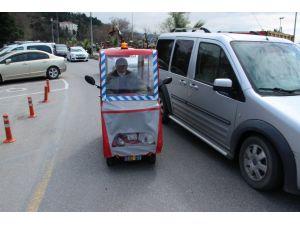 Engelli vatandaş, tepe lambası ve sireni ile otomobillere kafa tutuyor