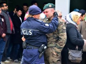 Günün Yürek Dağlayan Karesi! Özel Harekatçı, Çevik Kuvvete Sarılıp Ağladı