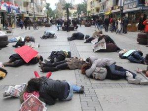 İzmirli Anneler Sokak Ortasında Önce Öldü, Sonra Kol Kola Yürüdü