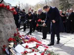 Davutoğlu, terör saldırısının yaşandığı alana karanfil bıraktı