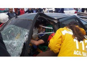 Kamyon İle Otomobil Kafa Kafaya Çarpıştı, Sürücü Araçta Sıkıştı
