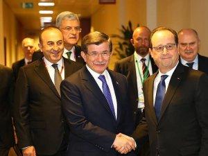 Başbakan Davutoğlu Brüksel'de Hollande ile görüştü