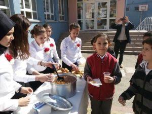 Öğrencilere Üzüm Hoşafı Ve Ekmek Dağıtıldı
