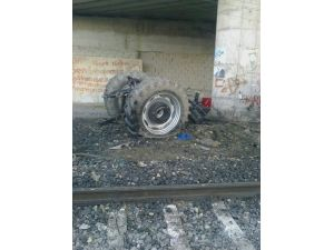 Trenin Çarptığı Traktör İkiye Ayırdı : 1 Yaralı