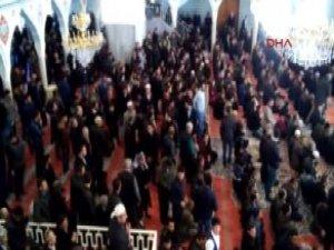 Van'da PKK Yandaşları Cuma Namazında Camide Eylem Yaptı